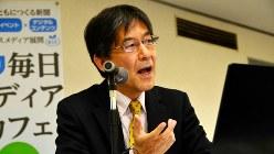 東芝の現状を報告する今沢真・経済プレミア編集長=東京都千代田区の毎日ホールで2017年4月6日