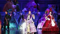 「スカーレット・ピンパーネル」の一場面。(左から)ショーブラン(礼真琴)、パーシー(紅ゆずる)、マルグリット(綺咲愛里)の思いが複雑に絡み合う=兵庫県宝塚市の宝塚大劇場で、幾島健太郎撮影