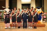 中村署から「交通事故ディフェンス隊」に委嘱されたアンテロープスの部員ら=名古屋市中村区のミッドランドスクエアで