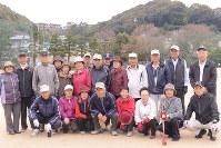 グラウンドゴルフの練習に集まった「福寿会」のメンバー