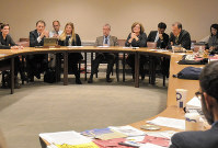 閉幕前、会議の総括と今後の活動についてメキシコ大使(中央の男性)を交えて話し合うICANのメンバーら=米ニューヨークの国連本部で2017年3月31日、竹内麻子撮影