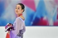 2015年、NHK杯の女子フリーを終えて観客席を見ながら引き揚げる浅田真央選手=宮間俊樹撮影