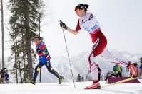 2014年ソチ・パラリンピックで選手と並走しながら声をかけ続ける荒井さん(左奥)=写真家・越智貴雄さん撮影