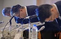 不正疑惑を受けた記者会見で、謝罪するノバルティスファーマの二之宮義泰社長(当時、中央)=東京都千代田区で2013年7月29日、宮間俊樹撮影