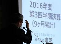 記者会見を終え、会場を後にする綱川智社長=東京都港区で2017年4月11日午後8時32分、小出洋平撮影