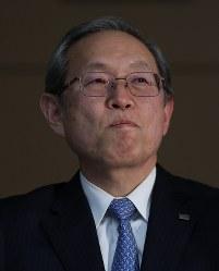 記者会見する綱川智社長=東京都港区で2017年4月11日午後7時58分、小出洋平撮影