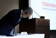 記者会見で頭を下げる東芝の綱川智社長=東京都港区で2017年4月11日午後7時45分、小出洋平撮影