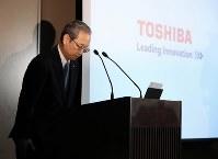 記者会見で頭を下げる東芝の綱川智社長=東京都港区で2017年4月11日午後6時48分、小出洋平撮影