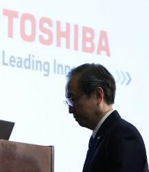 記者会見に臨む東芝の綱川智社長=東京都港区で2017年4月11日午後6時44分、小出洋平撮影