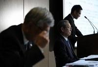 記者会見をする綱川智社長(中央)ら=東京都港区で2017年4月11日午後7時3分、小出洋平撮影