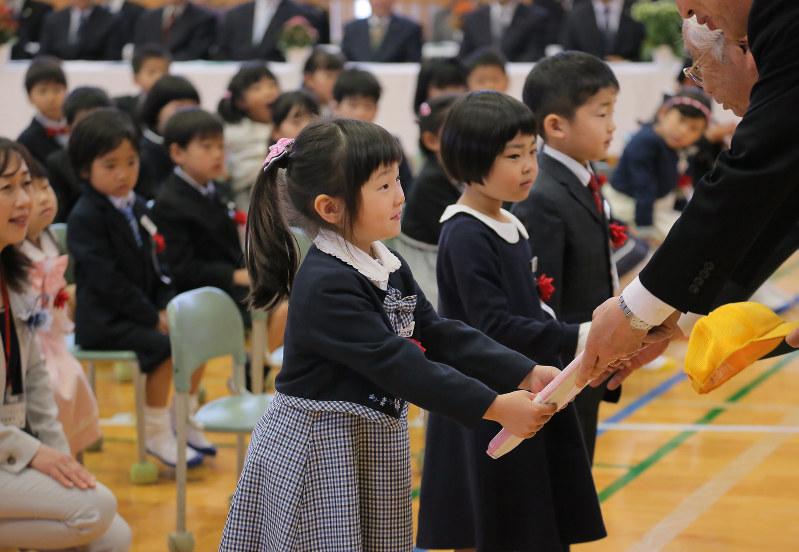 仮設から輝く夢…益城の小学校で入学式