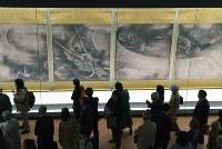 内覧会で重要文化財の「雲龍図」を見る人たち=京都市東山区の京都国立博物館で2017年4月10日午後3時3分、小松雄介撮影