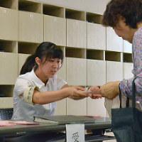 投票所の事務作業に従事する高専生=岩手県一関市で16年7月10日、二村祐士朗撮影