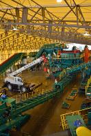 中間貯蔵施設に整備された分別施設。ベルトコンベヤーや破砕装置、土壌改良装置などが並ぶ=2月22日、曽根田和久撮影