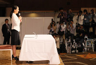 Japanese figure skating star Mao Asada speaks at a news conference announcing her retirement in Tokyo's Minato Ward on April 12, 2017. (Mainichi)