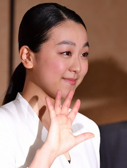 Japanese figure skating star Mao Asada waves to the cameras while leaving the venue after a news conference announcing her retirement in Tokyo's Minato Ward on April 12, 2017. (Mainichi)