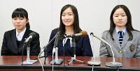 高校生平和大使に選ばれ、記者会見に臨む(左から)小林美晴さん、久永風音さん、船井木奈美さん=広島市役所で、竹下理子撮影