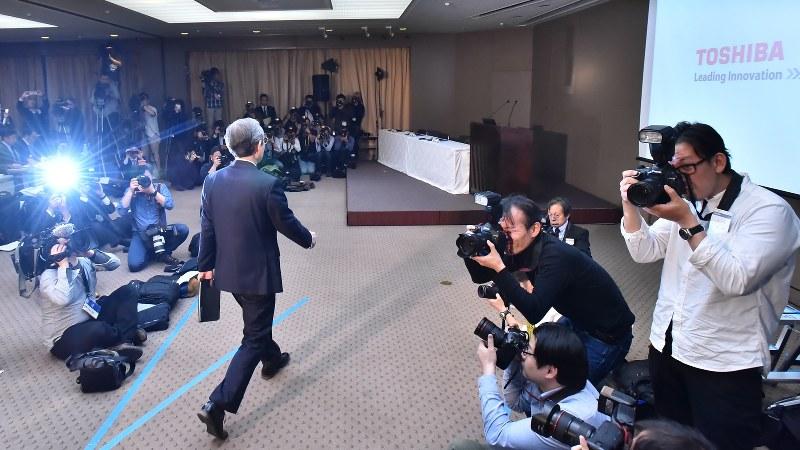 記者会見に臨む東芝の綱川智社長(中央)=2017年4月11日、宮間俊樹撮影