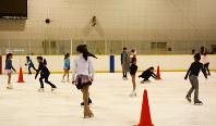 フィギュアスケートの練習をする子供たち=千葉市美浜区のアクアリンクちばで12日午後5時2分、信田真由美撮影