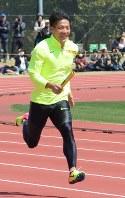 得意のスタートで9秒台を狙う山県亮太=宮崎市の宮崎県総合運動公園で2017年3月28日午前11時41分、小林悠太撮影