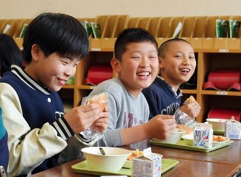 久しぶりの温かい給食を楽しむ子どもたち=熊本県益城町の町立益城中央小で2017年4月12日午後0時55分、森園道子撮影