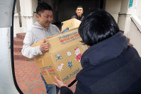 Friends help an evacuee (foreground) move in Osaka's Suminoe Ward, ahead of the cutoff date for free housing, on March 18, 2017. (Mainichi)