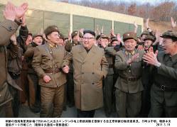 発射場を視察する金正恩・朝鮮労働党委員長。朝鮮中央通信が3月19日報じた(朝鮮中央通信=朝鮮通信)