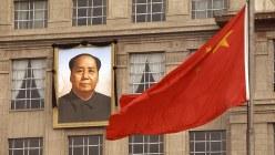 毛沢東主席を追悼するため掲げられた遺影と半旗=1976年9月18日、中西浩撮影