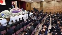 熊本県庁で行われた熊本地震犠牲者追悼式=熊本市中央区で2017年4月14日午前10時3分、野田武撮影