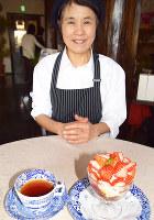 季節のスイーツ「イチゴのトライフル」と紅茶について話すみちむらかよこさん=奈良県天理市で、熊谷仁志撮影