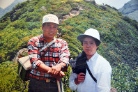 Takehisa Mochida and his wife Tetsuko are pictured on a mountain in Oita Prefecture in 1989. (Photo courtesy of Takehisa Mochida)