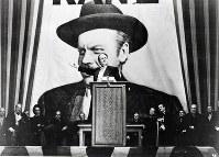 主人公のケーンは実在の新聞王ウィリアム・ランドルフ・ハーストがモデル。映画史上ナンバーワン作品と今も評価されることが多いが、ハーストに上映を妨害されたこともあり、興行的には成功しなかった。ブルーレイ(5184円)、DVD(4104円)はアイ・ヴィー・シーから発売中