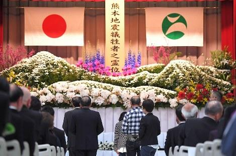 西原村の追悼式で、熊本地震の犠牲者を悼み献花する参列者=熊本県西原村で2017年4月15日午前10時54分、徳野仁子撮影
