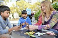 子供に折り鶴の折り方を教えるアーリングさん(右)=広島市中区で2017年4月14日午後2時8分、竹内麻子撮影