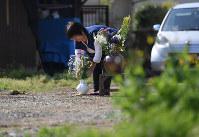 前震で亡くなった宮守陽子さんの自宅跡で手向けた花を整える義姉の宮守るみさん=熊本県益城町で2017年4月14日午前9時12分、久保玲撮影