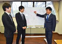 若い社員に会社の未来を熱く語る清水武さん(右)=神戸市西区で、元田禎撮影