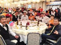 全日本認知症ソフトボール大会の前夜祭で、バーテンダーとバニーガールに扮した「希望の灯り」の面々=福井市で
