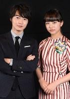 映画「3月のライオン」で共演する神木隆之介(左)と清原果耶=大阪市北区で、大西岳彦撮影