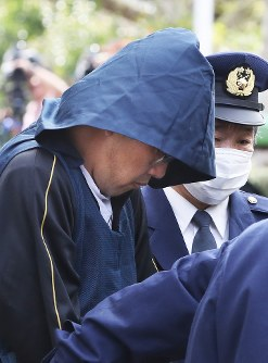 In this April 15, 2017 photo, Yasumasa Shibuya is sent to public prosecutors from Abiko Police Station in Chiba Prefecture. (Mainichi)