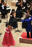 第85回日本音楽コンクールの受賞記念演奏会で演奏するバイオリン部門第1位の戸澤采紀さん(手前)=名古屋市東区の愛知県芸術劇場コンサートホールで15日、兵藤公治撮影