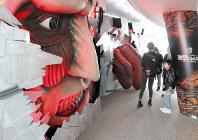窓を破って襲来する巨人の顔や手の模型が置かれた「進撃の巨人」と東京スカイツリーの連携企画展=東京都墨田区押上1で、稲垣衆史撮影