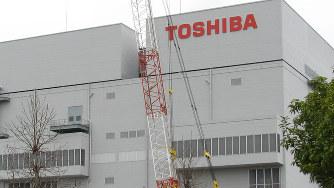 新社名のプレートが取り付けられた東芝メモリ四日市工場=2017年4月3日、松本宜良撮影