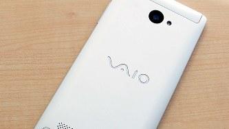 アルミを削り出して作ったボディーに「VAIO」のロゴ