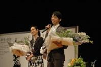 除幕式に続いて行われたトークショーであいさつする羽生選手(右)と荒川さん=仙台市内で