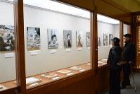 文豪たちの写真がずらりと並んだ「新潮社記念文学館」=仙北市角館町田町上丁で