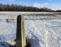 カナダと米国の国境を示すサイン。国境を遮る物はない=カナダ中部マニトバ州エマーソンで、長野宏美撮影