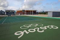 五輪公園内のテニスコート跡地。奥に見えるのはテニス関連施設で唯一残されたセンターコートの建物=ブラジル・リオデジャネイロで2017年4月9日午後4時16分、朴鐘珠撮影
