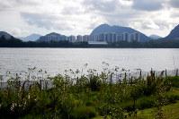 五輪主会場の五輪公園から遠くに選手村跡地の分譲団地を望む。市街地から遠く、部屋の売れ行きは悪い=ブラジル・リオデジャネイロで2017年4月9日午後3時38分、朴鐘珠撮影