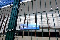 閉鎖され鍵がかけられている、五輪バスケットボールの会場だったアリーナ1ブラジル・リオデジャネイロの五輪公園で2017年4月9日午後3時13分、朴鐘珠撮影