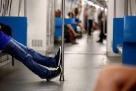 五輪に伴い延伸された地下鉄の車内。利用者は当初予想の3分の1程度にとどまる=ブラジル・リオデジャネイロで2017年2月17日午前8時49分、朴鐘珠撮影